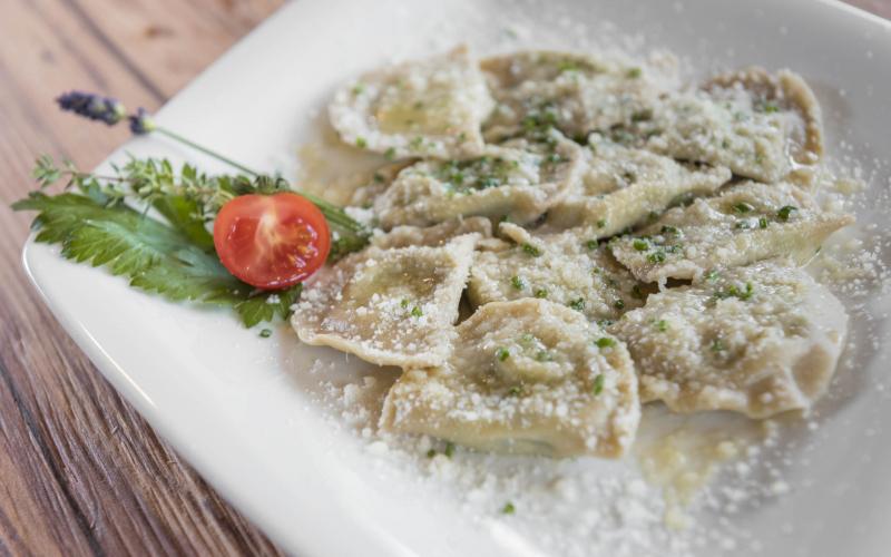 Schlutzkrapfen mit Parmesan und zerlassener Butter